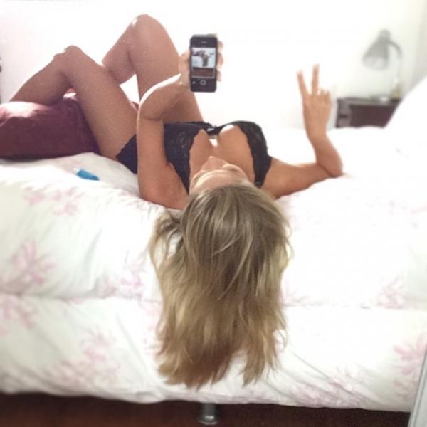Ex-BBB Renatinha posa de lingerie, posta foto e ganha elogios: