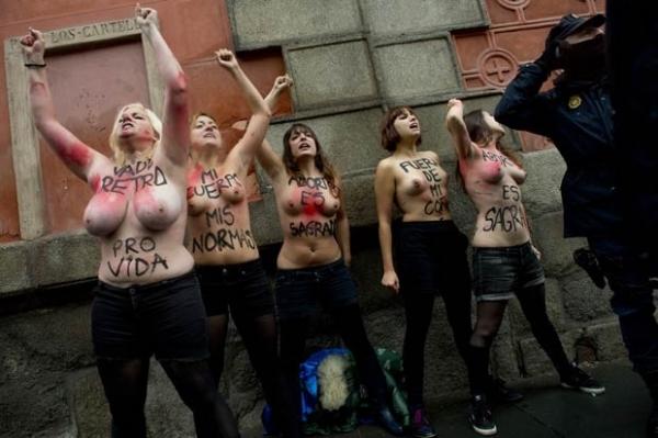 Marcha antiaborto em Madri é invadida por ativistas seminuas