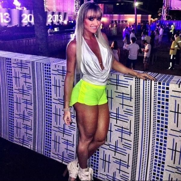 Ousada! Juju Salimeni usa shortinho e blusa decotada para festa na Bahia