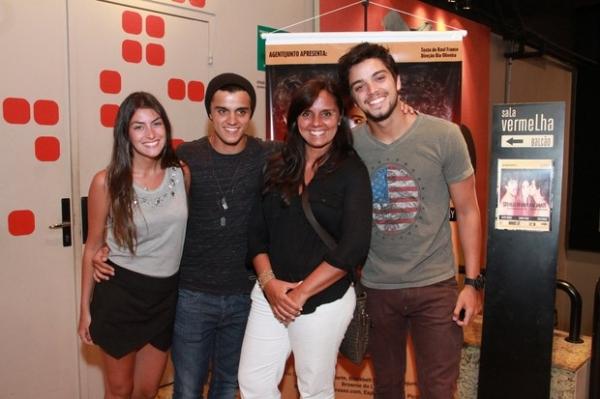 Rodrigo Simas e irmão vão ao teatro no Rio de Janeiro