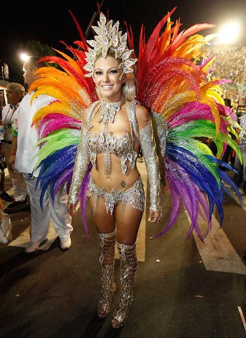 Atriz Antonia Fontenelle capricha na sua malhação para o Carnaval 2014