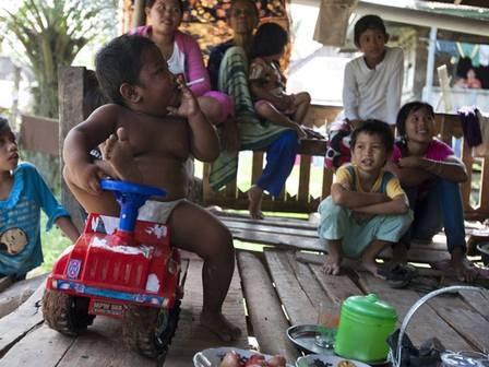 Garoto indonésio conhecido por fumar agora luta contra obesidade