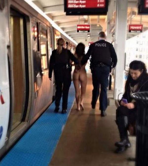 Mulher é detida após ser flagrada nua em trem de Chicago
