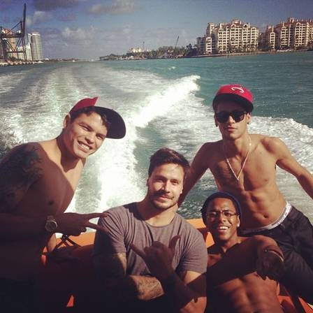 Neymar e Robinho andam de lancha em Miami com um dos gêmeos famosos no Brasil