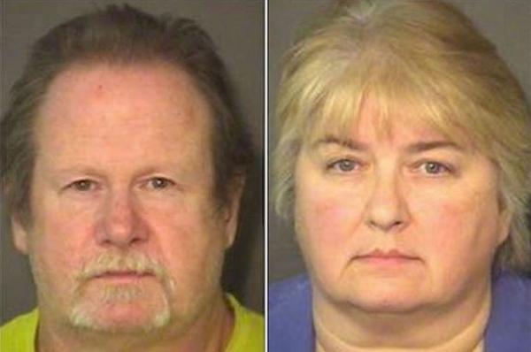 Pais são presos ao algemar filho de 11 anos com galinha morta ao pescoço