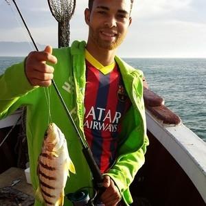Promessa do Santos cria polêmica ao usar camisa do Barça em pescaria