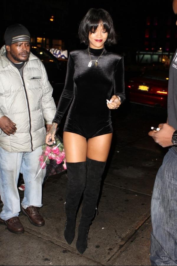 Rihanna usa look sensual e ganha