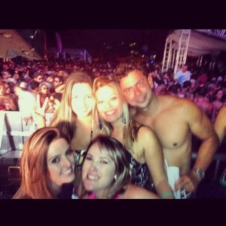Sem camisa, Romário aproveita feriado em festa com bebida e amigos na Costa do Sauípe