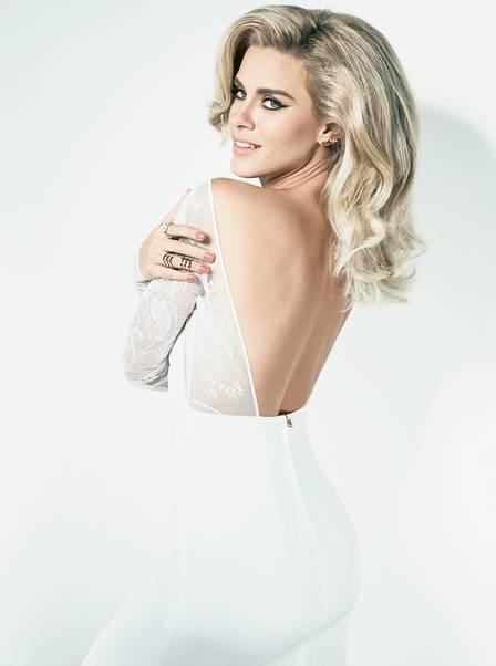 Carolina Dieckmann posa sexy e diz não ter fórmula para manter seu casamento à distância: ?Não acredito em regras?