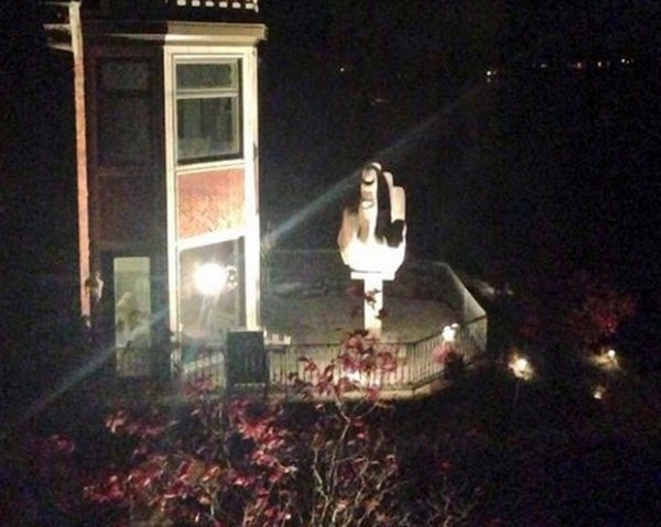 Empresário vira vizinho de ex-mulher e ergue estátua com gesto obsceno