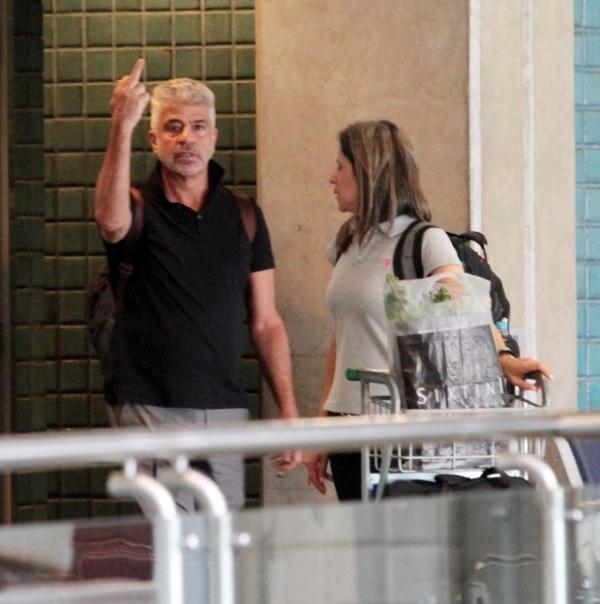 Lulu Santos mostra dedo médio para paparazzo