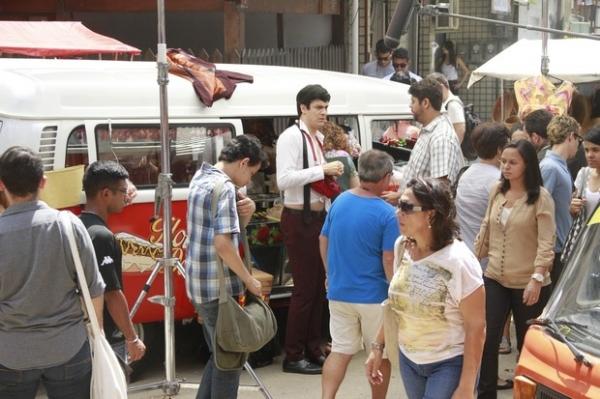 Mateus Solano aparece com barriga de fora em gravação de novela