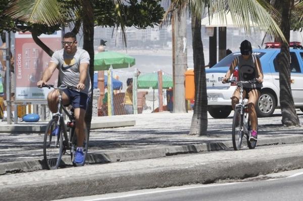 Ronaldo anda de bicicleta com namorada no Leblon