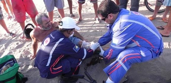 Acidente entre carro e moto deixa homem com fratura exposta