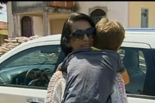 Após três meses, mulher que teve os olhos perfurados pelo ex-marido reencontra o filho