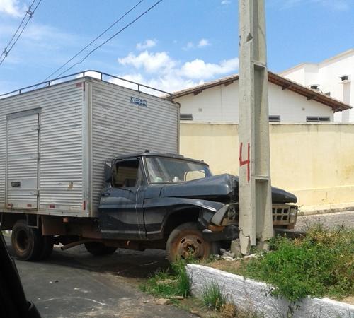 Caminhão perde controle e choca-se com poste