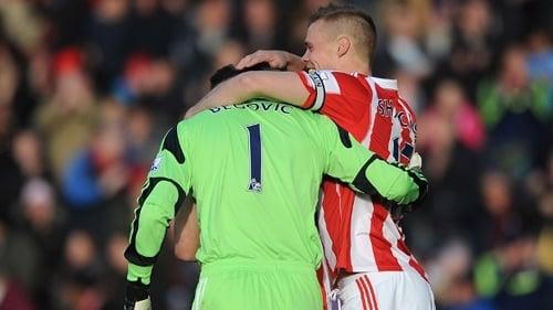 Com 13 segundos, goleiro marca da própria área e já vira artilheiro do Stoke City no Inglês