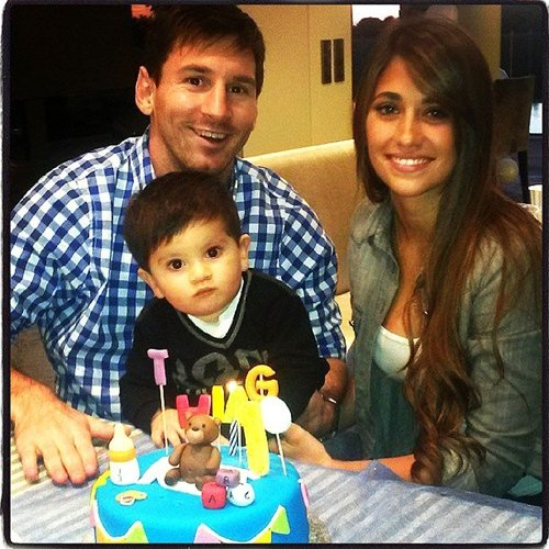 Com bolo decorado, Messi e mulher comemoram o aniversário do filho