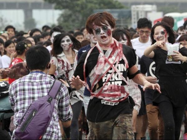 Corrida tem participantes fantasiados de zumbis em Taiwan