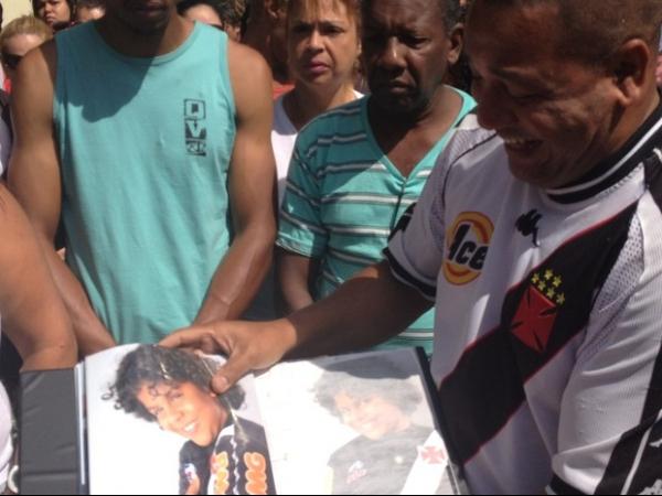 Em protesto, avô de criança morta no Rio desabafa: