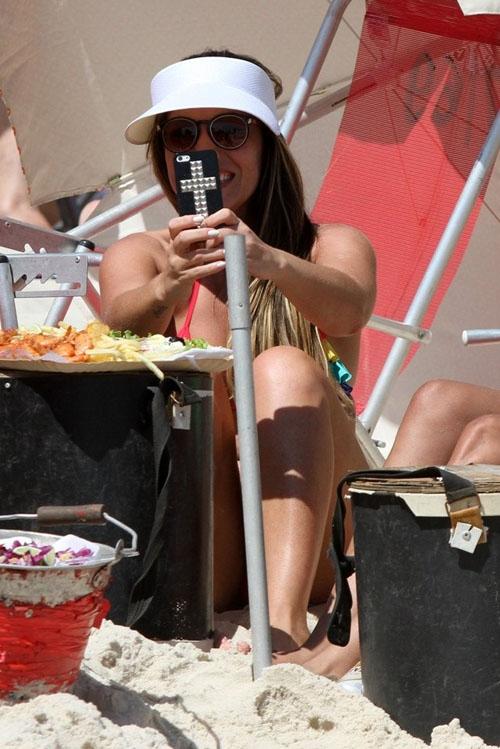 Ex-BBB Anamara aproveita a praia do Rio de Janeiro e tira foto do paparazzo