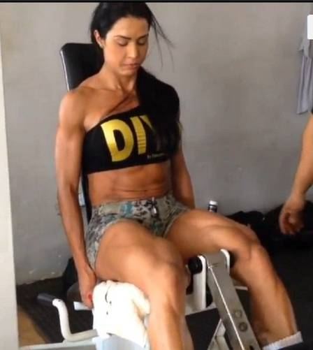 Gracyanne Barbosa, na preparação para o verão, exibe pernas supermusculosas durante malhação