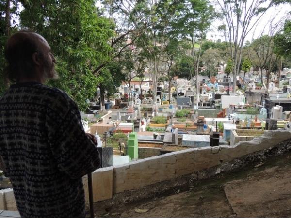 Homem vive há 13 anos em túmulo com amigo morto