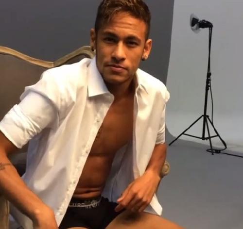 Neymar aparece de meia e cueca em campanha