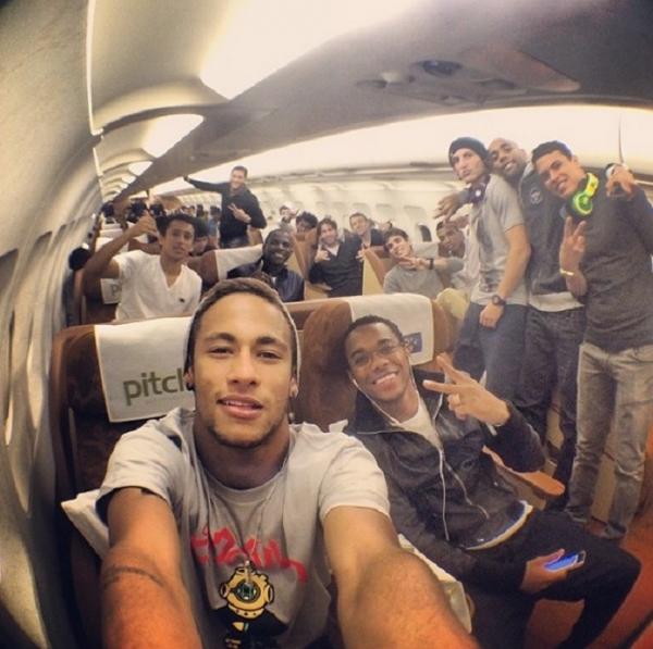 Neymar mostra a volta para casa ao lado de Robinho após 2 x 1 no Chile