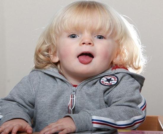 Criança tem rara condição genética que a pode fazer comer até à morte