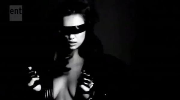 Irina Shayk faz topless para ensaio sexy