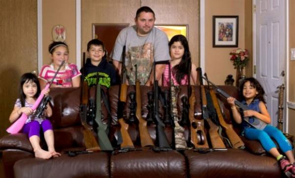 Pai prepara filhos para situações de sequestro dando rifles coloridos para as crianças