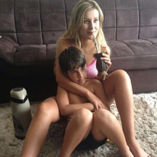 Andressa Urach posa com o filho tomando chimarr縊