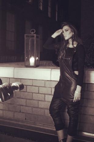 Lindsay Lohan usa macacão de couro em ensaio para revista