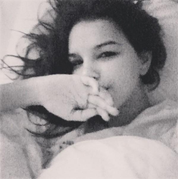 Mariana Rios posa na cama com cara de sono: