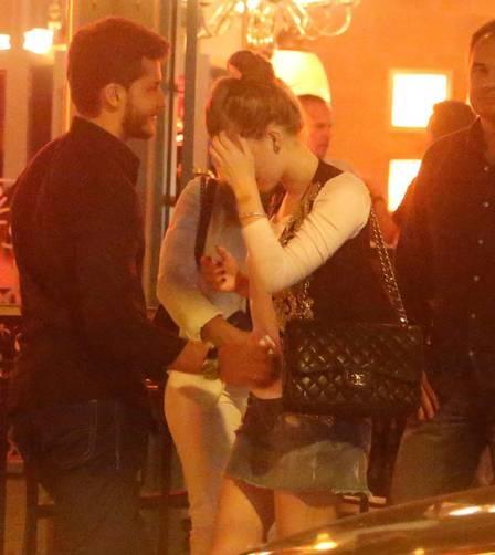 Marina Ruy Barbosa dá um chega para lá no namorado, Klebber Toledo, na saída de restaurante. Climão!