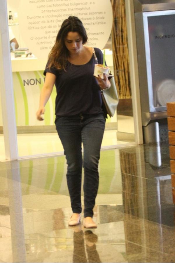 Nada de dieta: Fernanda Vasconcellos toma sorvete em passeio