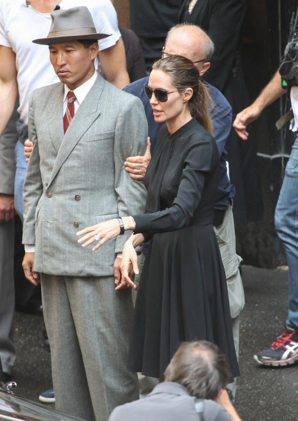 Sem calcinha e sutiã? De vestido, Angelina Jolie  é flagrada em situação indiscreta em set; fotos