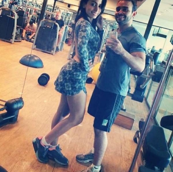 Anitta posa em academia com personal trainer: