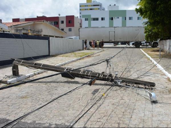 Caminhão leva fios e derruba poste nos Bancários, em João Pessoa