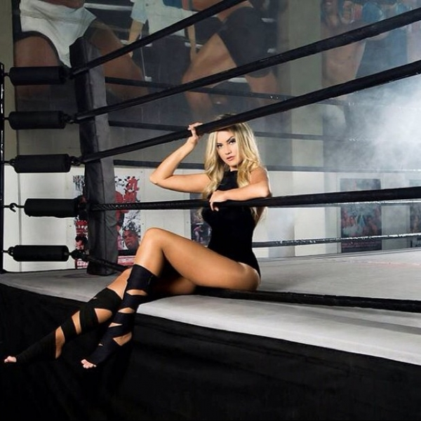 Ellen Rocche posa em ringue exibindo pernões