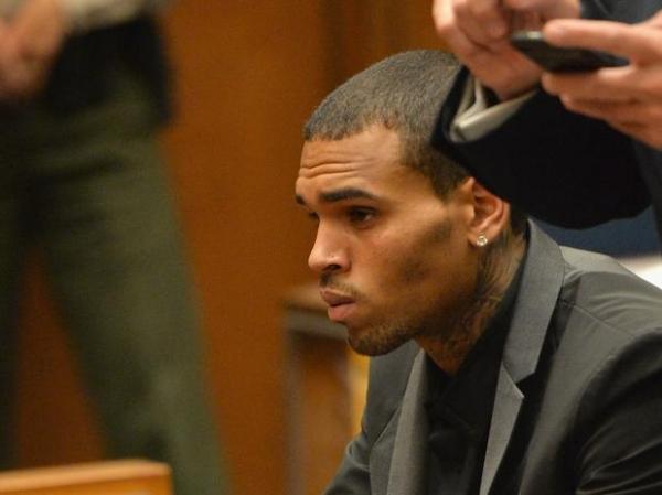 Mãe de Chris Brown diz que amigos do rapper o transformaram em baderneiro