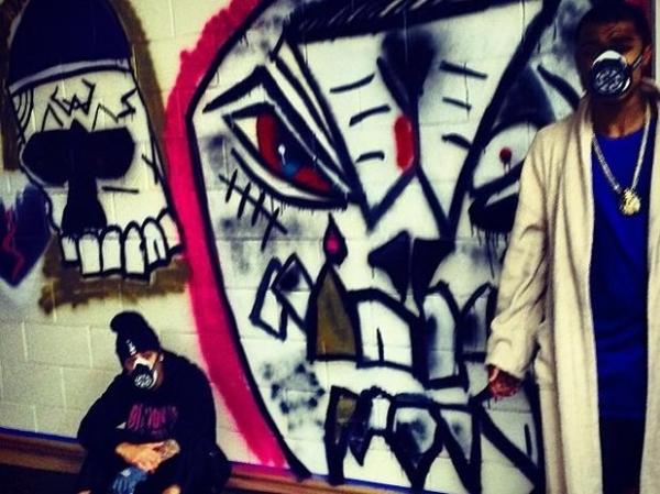 Mascarado, Justin Bieber posta foto em frente a muro grafitado