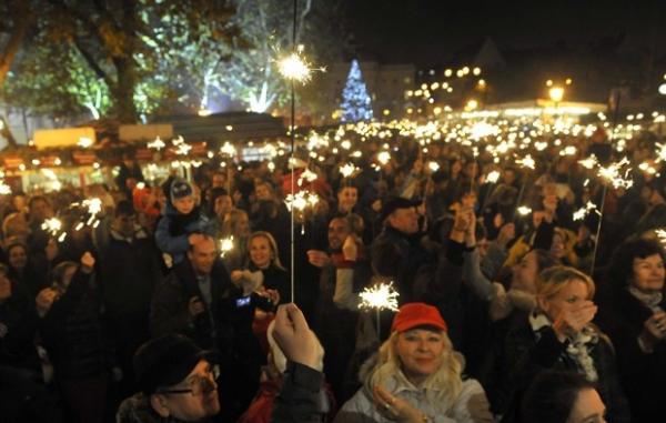 Por recorde, dezenas seguram fogos-de-bengala em praça na Eslováquia