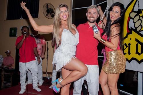 Ana Paula Minerato  coroada rainha de bateria em S縊 Paulo