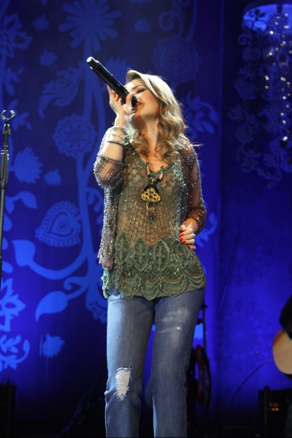 Com blusa transparente, Sandy se apresenta em São Paulo