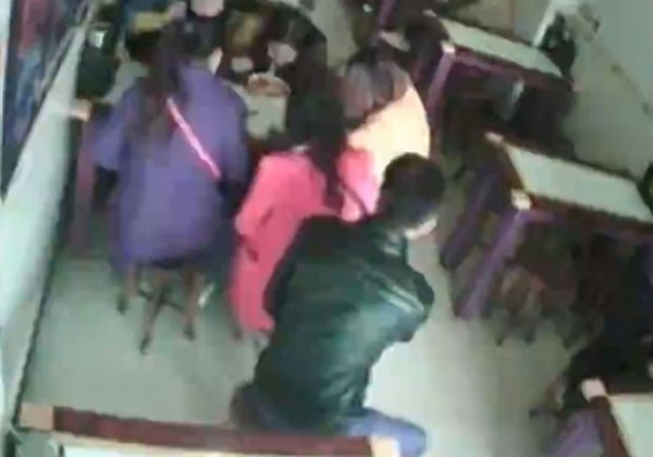 Ladrão usa par de hashis para roubar celular na China