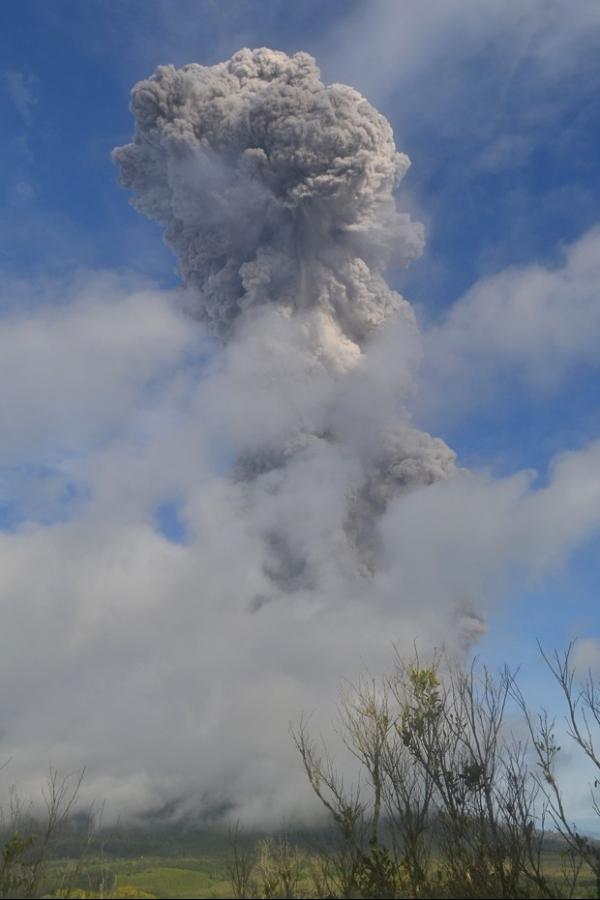 Vulcão entra em erupção oito vezes neste domingo na Indonésia