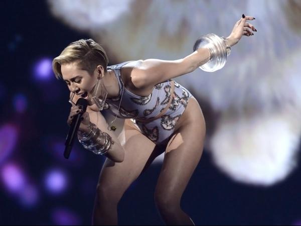 Com look cavado, Miley Cyrus ousa ao se apresentar em prêmio