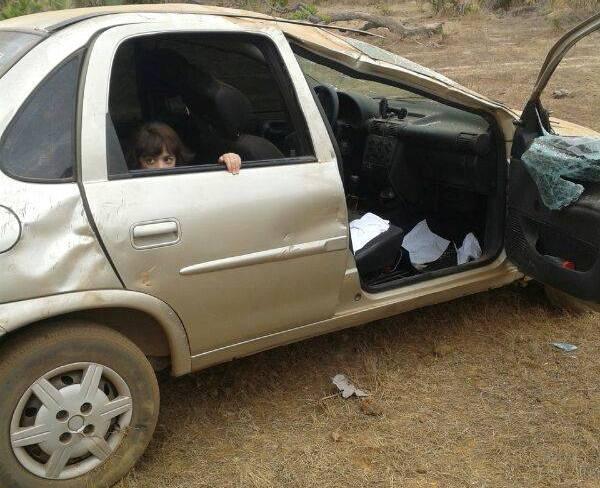 Fam匀ia, incluindo duas crian軋s, sai ilesa ap capotamento de carro na PI-114